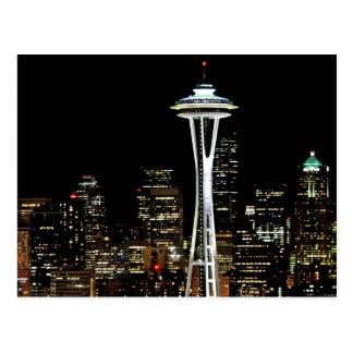 Postal Horizonte de Seattle en la noche, con la aguja del
