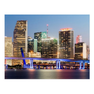 Postal Horizonte iluminado de Miami céntrica en la