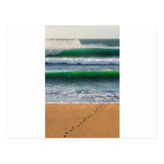 Postal Huellas de la persona que practica surf en la
