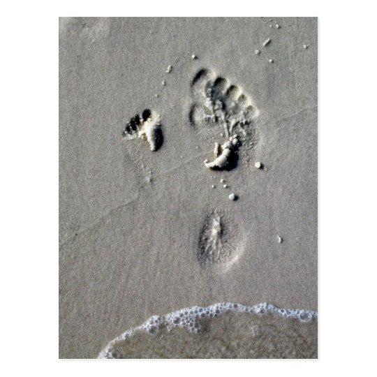 Postal Huellas del padre y del niño en la arena