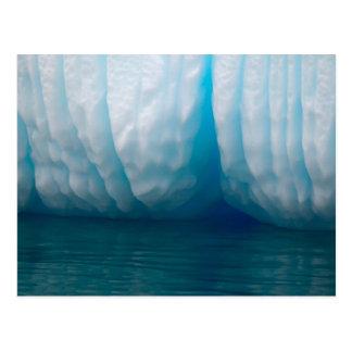 Postal Icebergs de la visión en azul en el canal de