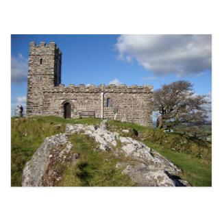 Postal iglesia de piedra antigua y árbol azotado por el