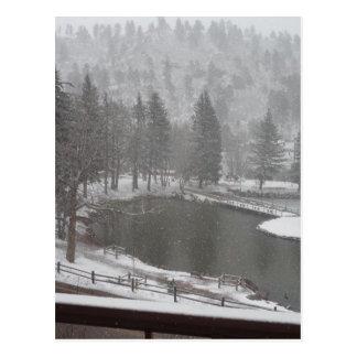 Postal Invierno en las caídas verdes de la montaña,
