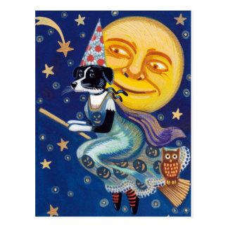 Postal La bruja atractiva monta los cielos de Halloween