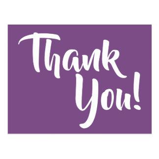 Postal La caligrafía púrpura y blanca violeta le agradece
