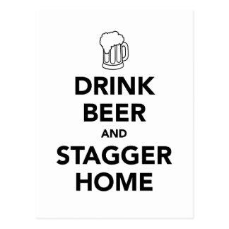 Postal La cerveza de la bebida y escalona a casa