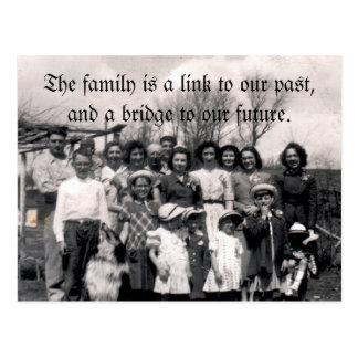 Postal La familia es un vínculo a nuestro pasado, y un