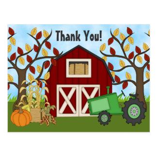 Postal La granja verde linda del otoño del tractor y del