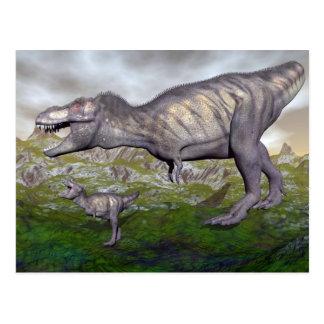 Postal La momia y el bebé 3D del dinosaurio del rex del