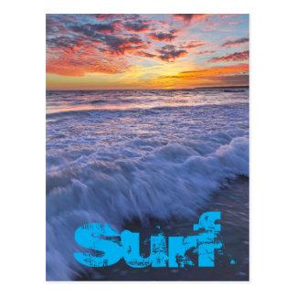Postal La playa que practica surf agita en la puesta del