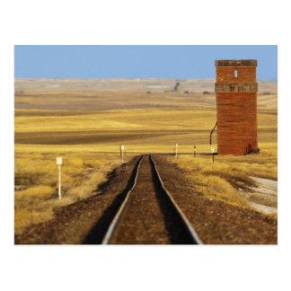 Postal Las pistas de ferrocarril llevan al granero viejo