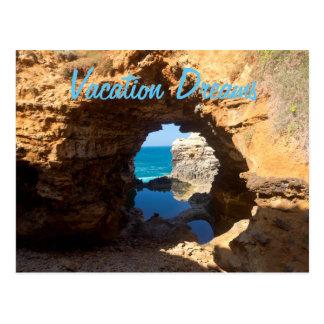 Postal Las vacaciones de la cueva de la playa del océano