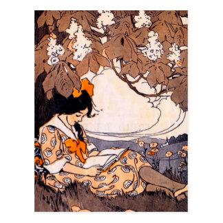 Postal Lectura del chica del vintage debajo de un árbol