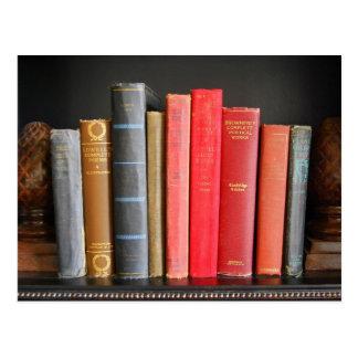 Postal Libros clásicos en un estante