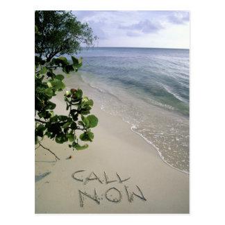 """Postal """"Llame ahora"""" la arena escrita en la playa,"""