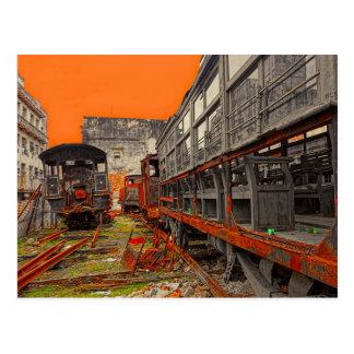 Postal Locomotoras y carros viejos oxidados del tren