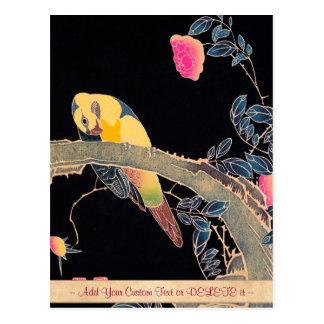 Postal Loro en la rama de Bush color de rosa floreciente