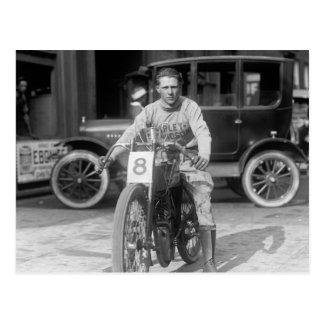 Postal los años 20 que compiten con la motocicleta
