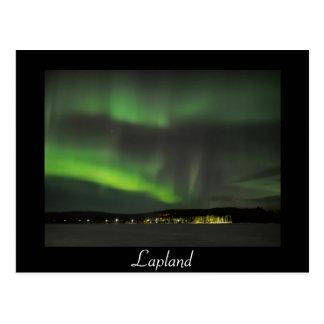 Postal Los borealis de la aurora en el cielo ennegrecen
