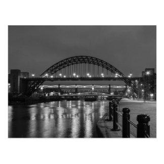 Postal Los puentes de Tyne en la noche