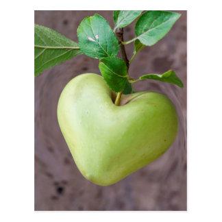 Postal manzana del corazón en árbol