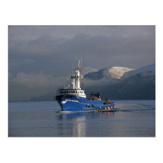 Postal Marino ártico, barco del cangrejo en el puerto