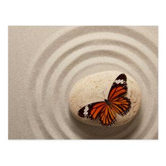 Postal Mariposa de monarca en una piedra en un jardín del