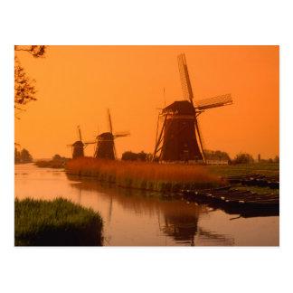 Postal Molinoes de viento en la puesta del sol,