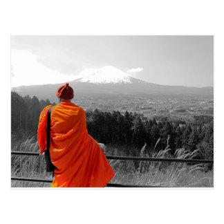 Postal Monje budista y el monte Fuji que visitan