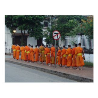 Postal Monjes que recogen limosnas en Luang Prabang, Laos