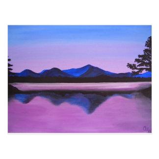 Postal montañas reflejadas en el lago