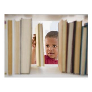 Postal Muchacho afroamericano que selecciona el libro