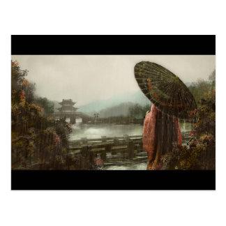 Postal Mujer asiática del vintage en traje tradicional