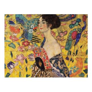 Postal Mujer hermosa con la fan por Klimt