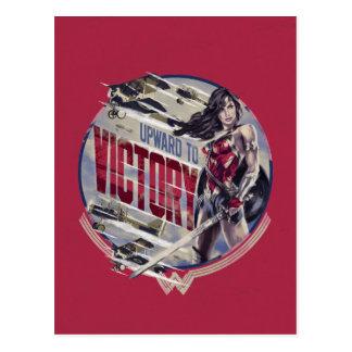 Postal Mujer Maravilla hacia arriba a la victoria