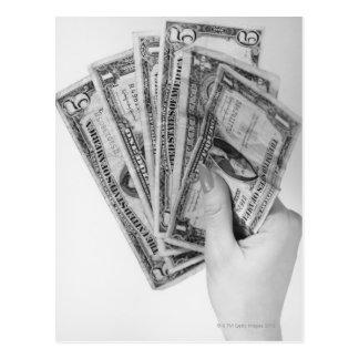 Postal Mujer que sostiene el dinero