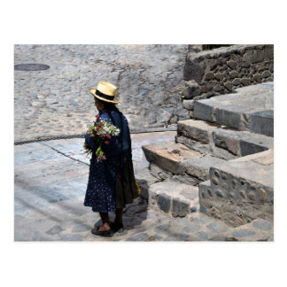 Postal Mujer que sostiene las flores, Ollantaytambo, Perú