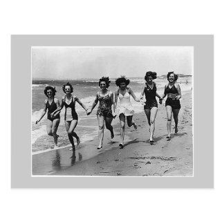 Postal Mujeres funcionadas con en la playa, los años 40