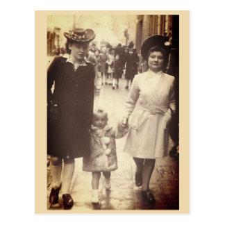 Postal Niña que camina con la madre y tía, Bélgica