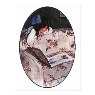 Postal Niña que lee sobre el sofá