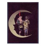 Postal Niños del vintage en una luna creciente