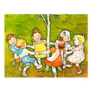 Postal Niños despreocupados que bailan alrededor de la