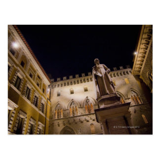 Postal Noche en la plaza Salimbeni, Siena, Italia