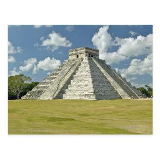 Postal Nubes hinchadas blancas sobre la pirámide maya