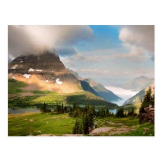 Postal Nubes que barren a través de las montañas