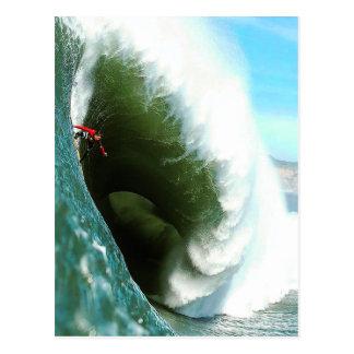 Postal Onda que practica surf escarpada grande