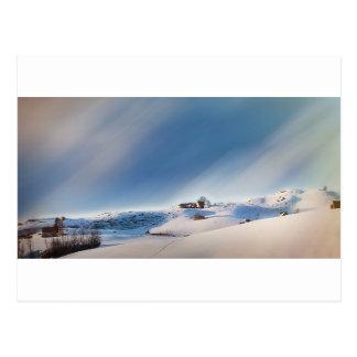 Postal paisaje que nieva del invierno