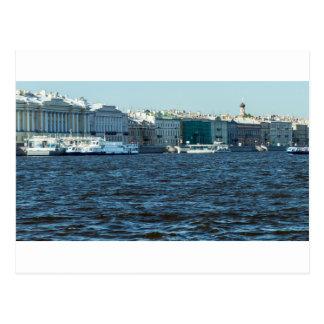 Postal palacios en el río St Petersburg Rusia del neva
