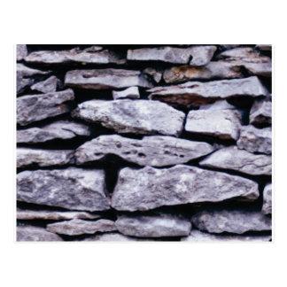 Postal pared apilada de la roca