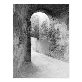 Postal Pasillos oscuros de una vieja estructura del